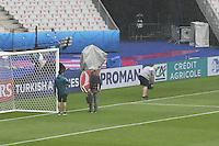Arbeiter auf dem Rasen des Stade de France im Regen- EM 2016: Italien vs. Spanien, Stade de France, Achtelfinale
