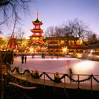 Denmark, Zealand, Copenhagen: Tivoli Gardens at Christmas | Daenemark, Insel Seeland, Kopenhagen: Der Tivoli, ein weltbekannter Vergnuegungs- und Erholungspark, zur Vorweihnachtszeit