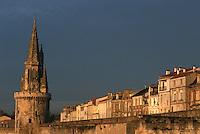 France/17/Charente Maritime/La Rochelle: Tour de la Lanterne (dite Tour des Quatre sergents) et façades des maisons de la rue des remparts