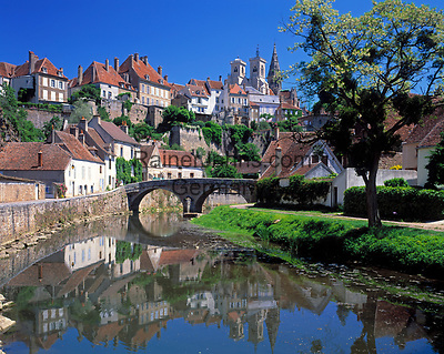 Frankreich, Burgund, Côte d'Or, Semur-en-Auxois: malerische Kleinstadt am Fluss Armançon   France, Burgundy, Côte d'Or, Semur-en-Auxois: picturesque small town at river Armançon