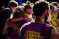 Wahlfeier der Kampagne Deutsche Wohnen & Co. enteignen am Sonntag den 26. September 2021 in Berlin.<br /> Nach den ersten bekanntgegebenen Zahlen haben sich ueber 57 Prozent der an der Volksabstimmung Beteiligten fuer eine Vergesellschaftung grosser Immobilienkonzerne wie Deutsche Wohnen, Vonovia und anderen ausgesprochen.<br /> Links im Bild: Mitglieder der Kampagne fuer das Volksbegehren liegen sich in den Armen als die ersten Zahlen kommen.<br /> 26.9.2021, Berlin<br /> Copyright: Christian-Ditsch.de
