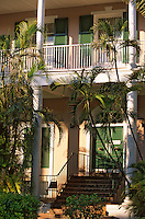 Iles Bahamas / New Providence et Paradise Island / Nassau: sur Parliament Square jardin et batiments du gouvernement