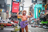 NOVA YORK, EUA, 25.03.2020 - CORONAVIRUS-EUA - O cowboy pelado personagem icônico da cidade de Nova York é visto caminhando na Times Square, em Manhattan, durante uma pandemia de coronavírus COVID19 em Nova York nos Estados Unidos.(Foto: Vanessa Carvalho/Brazil Photo Press)