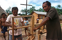 """Corda  artesanal produzida por Õndios Werekena no alto rio XiÈ, com fibras de piaÁaba(LeopoldÌnia pÌassaba Wall). Os werekena usam um equipamento rudimentar que permite controlar as medidas da corda produzida.  A fibra , um dos principais produtos geradores de renda na regi""""o È coletada de forma rudimentar. AtÈ hoje È utilizada na fabricaÁ""""o de cordas para embarcaÁıes, chapÈus, artesanato e principalmente vassouras, que s""""o vendidas em v·rias regiıes do paÌs.<br /> Alto rio XiÈ, fronteira do Brasil com a Venezuela a cerca de 1.000Km oeste de Manaus.<br /> 06/06/2002.<br /> Foto: Paulo Santos/Interfoto"""