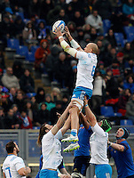 Rugby, Torneo Sei Nazioni: Italia vs Francia. Roma, stadio Olimpico, 15 marzo 2015.<br /> Italy's Sergio Parisse grabs the ball during the Six Nations championship rugby match between Italy and France at Rome's Olympic stadium, 15 March 2015.<br /> UPDATE IMAGES PRESS/Riccardo De Luca