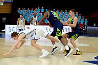 10-04-2021: Basketbal: Donar Groningen v ZZ Leiden: Groningen, Leiden speler Emmanuel Nzekwesi duwt Donar speler Henry Caruso onderuit