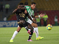 BOGOTA -COLOMBIA-1 -NOVIEMBRE-2014.  Efrain Viafara ( Izq) de Fortaleza F.C. disputa el balón con Diego Peralta  ( Der ) de Atlrtico Nacional   durante partido de la  17  fecha  de La Liga Postobón 2014-2. Estadio Nemwsio Camacho El Campin . /  Efrain Viafara (L ) of Fortaleza F.C.  fights for the ball with Diego Peralta of Atletico Nacional   during match of the 17th date of Postobon  League 2014-2. Nemesio Camacho El Campin  Stadium. Photo: VizzorImage / Felipe Caicedo / Staff