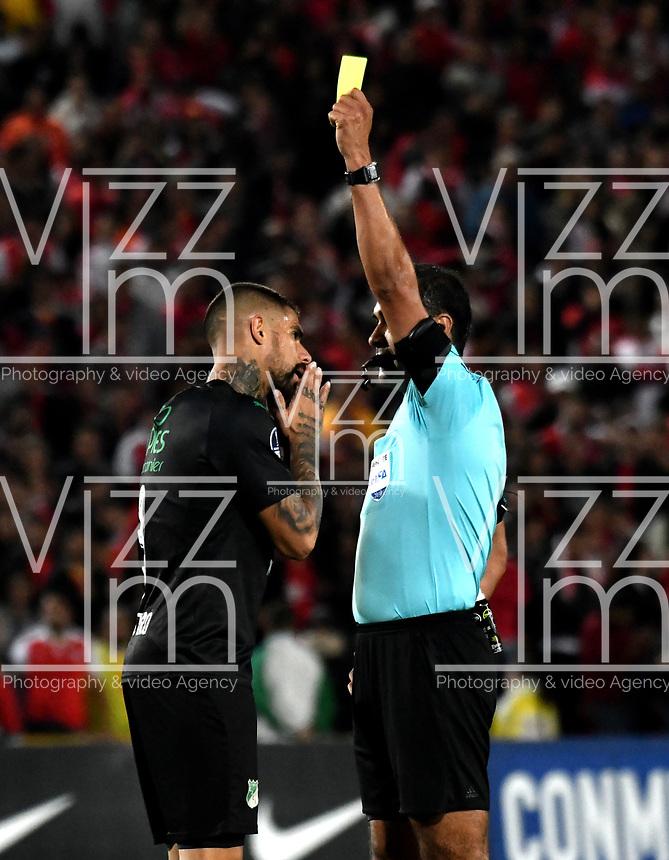 BOGOTÁ - COLOMBIA, 23-10-2018: Roddy Zambrano (Der.) árbitro de Ecuador, muestra tarjeta amarilla a Juan Quintero (Izq.) jugador de Deportivo Cali (COL), durante partido de ida entre Independiente Santa Fe (COL) y Deportivo Cali (COL), de los cuartos de final, S1 por la Copa Conmebol Sudamericana 2018, en el estadio Nemesio Camacho El Campin, de la ciudad de Bogotá. / Roddy Zambrano (R), referee from Ecuador, shows yellow card to Juan Quintero (L) player of Deportivo Cali (COL), during a match of the first leg between Independiente Santa Fe (COL) and Deportivo Cali (COL), of the quarterfinals, S1 for the Conmebol Sudamericana Cup 2018 in the Nemesio Camacho El Campin stadium in Bogota city. Photo: VizzorImage / Luis Ramírez / Staff.