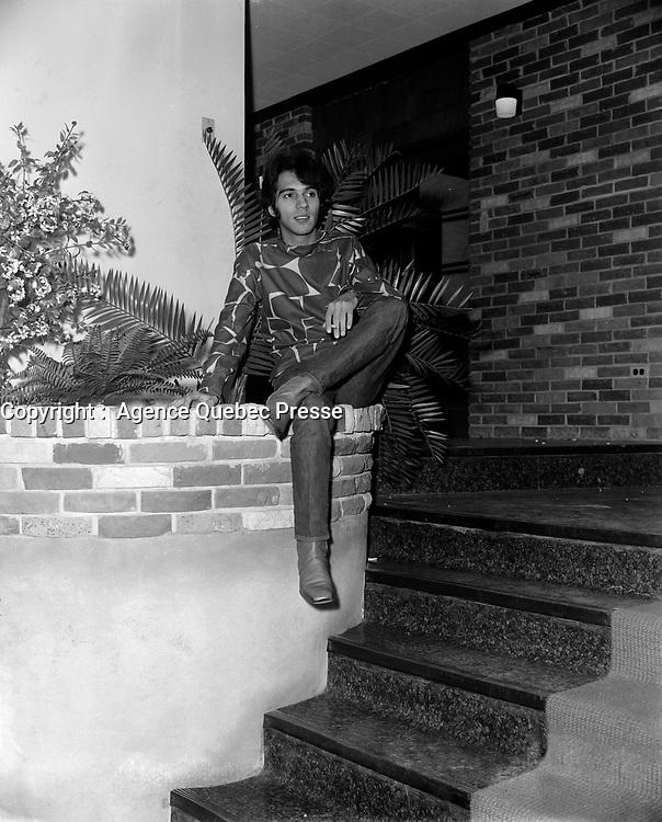 Tony Roman AU club le vieux bardeau<br /> , Entre 2 et le 8 octobre 1967<br /> <br /> PHOTO :  Agence Quebec Presse -  Photo Moderne