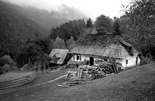 ROMANIA, Carpathes, Magura, June 2000..A traditional house in the Carpathian mountains..ROUMANIE, Carpathes, Magura, Juin 2000..Une maison traditionnelle dans les Carpathes..© Bruno Cogez