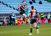 17th April 2021; Twickenham Stoop, London, England; English Premiership Rugby, Harlequins versus Worcester Warriors; Searle of Worcester warriors reaching high to take it away from  Tizard and Andre Esterhuizen of Harlequins