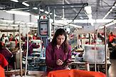 """In Suhareka, einer Stadt im Südkosovo, steht die Schuhfabrik Solid, gegründet 1995 und eine der erfolgreichsten Firmen des Landes. Das Familienunternehmen mit 270 Mitarbeitern stellt täglich 1200 Paar Lederschuhe<br /> her, vor allem für den einheimischen Markt. Ein wachsender Anteil wird aber<br /> auch exportiert. Nach Albanien, Mazedonien, Italien oder Deutschland / Employees at the  Shoe Factory """"Solid"""" near the town of Suhareka"""