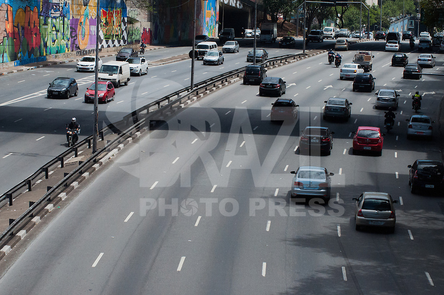 SÃO PAULO-SP-06,10,2014-TRÂNSITO SÃO PAULO/CORREDOR LESTE-OESTE -O Motorista não enfrenta retenção e grande fluxo no Corredor Leste-Oeste ambos sentidos.  Região central da cidade de São Paulo,na tarde dessa Segunda-Feira,06(Foto:Kevin David/Brazil Photo Press)