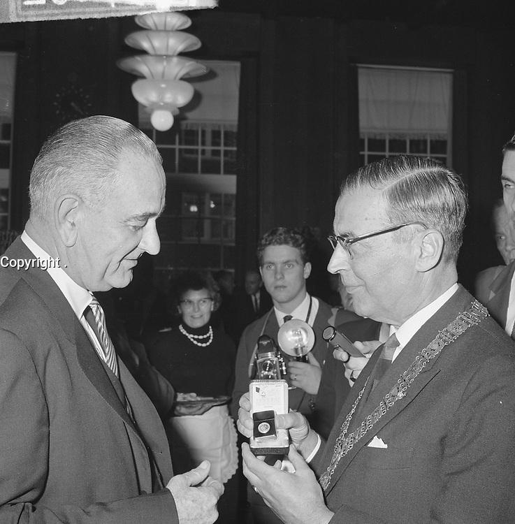Reception for US Vice President Lyndon B. Johnson at Amsterdam City Hall, November 6, 1963.<br /> Right  is Mayor  Hall, Gijs van.<br /> <br /> Photographer Koch, Eric / Anefo