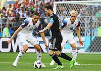 Lionel Messi (Argentinien, Argentina) bewacht von Gylfi Sigurdsson (Island, Iceland) und Hordur Magnusson (Island, Iceland) - 16.06.2018: Argentinien vs. Island, Spartak Stadium Moskau