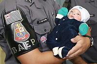 CAMPINAS, SP 01.04.2019 - POLICIA - Policiais do Baep (Batalhão de Ações Especiais da Polícia) ajudaram o parto de um bebê em plena Avenida John Boyd Dunlop, em Campinas, na madrugada desta segunda-feira (1º). A mãe e criança passam bem e foram encaminhadas para o Hospital PUC-Campinas. <br /> O caso aconteceu quando uma viatura do Baep fazia ronda e acabou se deparando com um carro onde havia duas mulheres, uma delas grávida, e com dores do parto.<br /> (Foto: Denny Cesare/Codigo19)