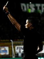 BOGOTÁ-COLOMBIA, 06-10-2019: Bismarks Santiago, árbitro muestra tarjeta amarilla a Joan Castro (Fuera de Cuadro) de La Equidad, durante partido entre La Equidad y el Independiente Santa Fe de la fecha 15 por la Liga Águila II 2019, jugado en el estadio Metropolitano de Techo en la ciudad de Bogotá. / Bismarks Santiago, referee shows yellow card to Joan Castro (Out of Pic) of La Equidad, during a match La Equidad and Independiente Santa Fe, of the 15th date for the Liga Aguila II 2019 at the Metropolitano de Techo stadium in Bogota city. / Photo: VizzorImage  / Luis Ramírez / Staff.