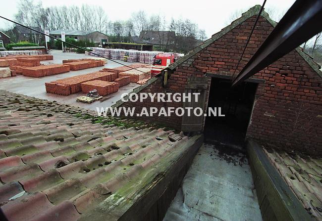 Deest , 160300  Foto : Koos Groenewold (APA-Foto)<br />De kolenopslagplaats van de steenfabriek Vogelensangh