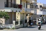 Foto: VidiPhoto<br /> <br /> KOS – Het meest populaire vervoermiddel in Griekenland op dit moment: de scooter. Niet alleen toeristen gebruiken de brommer veelvuldig, maar met name ook de autochtone bevolking, veelal gedreven door de recessie, zoals hier op het toeristeneiland Kos. Sommige bewoners hebben ze weinig te besteden dat ze maar voor een paar euro benzine kunnen tanken. Alles wordt contant  afgerekend om zo de belastingen te kunnen ontduiken. Zelfs salarissen worden niet op rekening gestort om te voorkomen dat de overheid inkomstenbelasting heft. Volgens schattingen betaalt minder dan de helft van de Griekse bevolking belasting en dan ook nog maar over een klein deel van het inkomen.