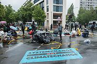 """Aus Protest gegen die Klima- und Kohlepolitik der Bundesregierung blockierten Aktivisten der Umweltschutzorganisationen """"Extinction Rebellion"""" (XR) und """"Ende Gelaende"""" am Dienstag den 1. Juli 2020 die SPD-Parteizentrale in Berlin.<br /> 1.7.2020, Berlin<br /> Copyright: Christian-Ditsch.de<br /> NUR FUER REDAKTIONELLE ZWECKE! Werbung nur auf Anfrage beim Fotografen. [Inhaltsveraendernde Manipulation des Fotos nur nach ausdruecklicher Genehmigung des Fotografen. Vereinbarungen ueber Abtretung von Persoenlichkeitsrechten/Model Release der abgebildeten Person/Personen liegen nicht vor. NO MODEL RELEASE! Don't publish without copyright Christian-Ditsch.de, Veroeffentlichung nur mit Fotografennennung, sowie gegen Honorar, MwSt. und Beleg. Konto: I N G - D i B a, IBAN DE58500105175400192269, BIC INGDDEFFXXX, Kontakt: post@christian-ditsch.de<br /> Bei der Bearbeitung der Dateiinformationen darf die Urheberkennzeichnung in den EXIF- und  IPTC-Daten nicht entfernt werden, diese sind in digitalen Medien nach §95c UrhG rechtlich geschuetzt. Der Urhebervermerk wird gemaess §13 UrhG verlangt.]"""