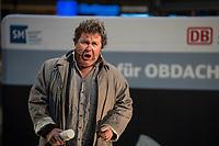 """Oper fuer Obdach im Berliner Hauptbahnhof Die Kunst-Performance """"Oper fuer Obdach - """"Winterreise von Franz Schubert wird im öffentlichen Raum, mitten im Trubel vom Hauptbahnhof Berlin am 3. November 2017 aufgefuehrt. Der Bariton Christoph von Weitzel singt, am Klavier begleitet von Ulrich Pakusch, Passagen aus dem Schubert-Stueck. Gerold Vorlaender traegt dazu kurze Texte aus der Bibel vor.<br /> Die Veranstaltung ist eine Kooperation der Deutschen Bahn AG und der Berliner Stadtmission.<br /> 2.11.2017, Berlin<br /> Copyright: Christian-Ditsch.de<br /> [Inhaltsveraendernde Manipulation des Fotos nur nach ausdruecklicher Genehmigung des Fotografen. Vereinbarungen ueber Abtretung von Persoenlichkeitsrechten/Model Release der abgebildeten Person/Personen liegen nicht vor. NO MODEL RELEASE! Nur fuer Redaktionelle Zwecke. Don't publish without copyright Christian-Ditsch.de, Veroeffentlichung nur mit Fotografennennung, sowie gegen Honorar, MwSt. und Beleg. Konto: I N G - D i B a, IBAN DE58500105175400192269, BIC INGDDEFFXXX, Kontakt: post@christian-ditsch.de<br /> Bei der Bearbeitung der Dateiinformationen darf die Urheberkennzeichnung in den EXIF- und  IPTC-Daten nicht entfernt werden, diese sind in digitalen Medien nach §95c UrhG rechtlich geschuetzt. Der Urhebervermerk wird gemaess §13 UrhG verlangt.]"""