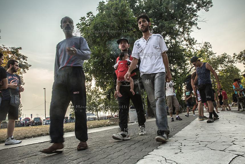 Migranti in marcia. Un papà con neonato Migrants march . A dad with baby