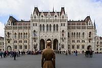 Wachposteb vor Parlament, Országház, am Kossuth Lajos tér in Budapest, Ungarn, UNESCO-Weltkulturerbe