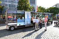 Nederland  Nijmegen  - September 2020 .  De Zonnetrein Nijmegen. De Zonnetrein Nijmegen is een schoon, stil maar vooral een laagdrempelig vervoersmiddel voor Nijmegen en omgeving. Met 9 zonnepanelen in het dak voorziet de zonnetrein voor een groot deel in zijn eigen energie. Voor de minder mooie dagen rijdt de zonnetrein op de opgeslagen zonne-energie in zijn accu's. De Zonnetrein Nijmegen is speciaal ontwikkeld voor toeristische ritten.  Foto : ANP/ Hollandse Hoogte / Berlinda van Dam