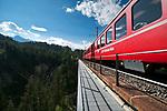 Schweiz, Graubuenden, Davos-Wiesen, die Rhaetische Bahn auf dem Wiesener Viadukt | Switzerland, Graubuenden, Davos-Wiesen: Rhaetian Train at Wiesen Viaduct