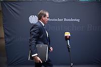 2. NSU-Untersuchungsausschuss dees Deutschen Bundestag.<br /> Aufgrund vieler Ungeklaertheiten und Fragen sowie vielen neuen Erkenntnissen ueber moegliche Verstrickungen verschiedener Geheimdienste in das Terror-Netzwerk Nationalsozialistischen Untergrund (NSU) wurde von den Abgeordneten des Bundestgas ein zweiter Untersuchungsausschuss eingesetzt.<br /> Am Donnerstag den 17. Dezember fand die 1. oeffentliche Sitzung des 2. NSU-Untersuchungsausschuss des Deutschen Bundestag statt.<br /> Im Bild: Der Sachverstaendige Ministerialdirigent Frank Niehoerster, Abteilungsleiter Polizei im Innenministerium von Mecklenburg-Vorpommern.<br /> 17.12.2015, Berlin<br /> Copyright: Christian-Ditsch.de<br /> [Inhaltsveraendernde Manipulation des Fotos nur nach ausdruecklicher Genehmigung des Fotografen. Vereinbarungen ueber Abtretung von Persoenlichkeitsrechten/Model Release der abgebildeten Person/Personen liegen nicht vor. NO MODEL RELEASE! Nur fuer Redaktionelle Zwecke. Don't publish without copyright Christian-Ditsch.de, Veroeffentlichung nur mit Fotografennennung, sowie gegen Honorar, MwSt. und Beleg. Konto: I N G - D i B a, IBAN DE58500105175400192269, BIC INGDDEFFXXX, Kontakt: post@christian-ditsch.de<br /> Bei der Bearbeitung der Dateiinformationen darf die Urheberkennzeichnung in den EXIF- und  IPTC-Daten nicht entfernt werden, diese sind in digitalen Medien nach §95c UrhG rechtlich geschuetzt. Der Urhebervermerk wird gemaess §13 UrhG verlangt.]
