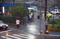 SAO PAULO, SP, 09 DE DEZEMBRO DE 2011 - CLIMA TEMPO - Paulistanos enfrentam chuva na tarde desta sexta-feira (9), na  regiao norte da capital paulista. (FOTO: RICARDO LOU - NEWS FREE).