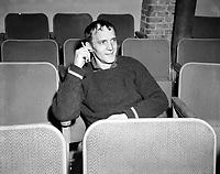 Sujet : Georges Dor<br /> Date : Entre le 17 et 23 janvier 1966<br /> <br /> Photographe : Photo Moderne - © Agence Québec Presse
