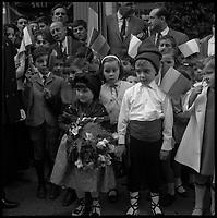 Andorre. 23-24 Octobre 1967. Vue d'un groupe d'enfants pour la remise d'un bouquet de fleur au Général De Gaulle.
