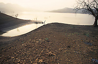 INDIA, Gujerat, tribal village Manibeli, reservoir of Sardar Sarovar dam at Narmada river, the worldbank withdraw 1992 the financing assistance due to protest of NBA Narmada Bachao Andolan, movement to save the Narmada, as they claimed lack of adaquate resettlement and compensation of project affected Adivasi / INDIEN, Adivasi Dorf Manibeli, Stausee des Sardar Sarovar Damm am Narmada Fluss, Weltbank stellte 1992 Finanzierung ein nach Protesten der NGO Narmada Bachao Andolan NBA, Bewegung zur Rettung der Narmada, wegen mangelnder Rehabilitation, Umsiedlung und Entschaedigung der Ureinwohner Adivasi