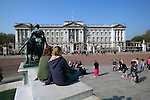 Great Britain, England, London: Young tourists outside Buckingham Palace