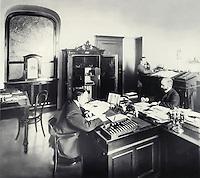 Employees cash at work. St. Petersburg. 1900s. / Служащие кассы за работой. Санкт-Петербург. 1900-е.