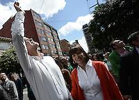 BOGOTÁ -COLOMBIA. 25-05-2014. Enrique Peñalosa candidato presidencial en Colombia por el Partido Verde hoy 25 de mayo de 2014 a la salida de su sede en Bogotá. Las elecciones presidenciales en Colombia que se realizan hoy 25 de mayo de 2014 en todo el país./ Enrique Peñalosa presidential colombian canditate by Green Party today May 25 2014 leaves his campaign headquarters in Bogota. Presidential elections in Colombia are made in May 25 2014 across the country. Photo: VizzorImage/ Gabriel Aponte / Staff