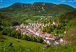Frankreich, Bourgogne-Franche-Comté, Département Jura, Salins-les-Bains: Stadt im Tal der Furieuse, die frueher von der Salzgewinnung lebte und heute einen sanften Tourismus foerdert und ein eigenes Sole Thermalbad hat. Die Grosse Saline von Salins-les-Bains wurde 2009 von der UNESCO zum Weltkulturerbe ernannt. Blick auf die Oberstadt   France, Bourgogne-Franche-Comté, Département Jura, Salins-les-Bains: hot spring resort with termal bath in Furieuse Valley. La Grande Saline - a museum of salt - is a UNESCO World Heritage Site since 2009