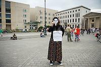 Mitglieder der Protestpartei Piraten, des Chaos Computer Club und verschiedener Friedensgruppen versammelten sich am Donnerstag den 4. Juli 2013 in Berlin vor dem Brandenburger Tor zu einer Solidaritaetskundgebung fuer den US-Whistleblower Edward Snowden. Sie forderten, dass Snowden in Deutschland Asyl gewaehrt werden soll.<br />Im Hintergrund die US-Botschaft am Pariser Platz<br />4.7.2013, Berlin<br />Copyright: Christian-Ditsch.de<br />[Inhaltsveraendernde Manipulation des Fotos nur nach ausdruecklicher Genehmigung des Fotografen. Vereinbarungen ueber Abtretung von Persoenlichkeitsrechten/Model Release der abgebildeten Person/Personen liegen nicht vor. NO MODEL RELEASE! Don't publish without copyright Christian-Ditsch.de, Veroeffentlichung nur mit Fotografennennung, sowie gegen Honorar, MwSt. und Beleg. Konto:, I N G - D i B a, IBAN DE58500105175400192269, BIC INGDDEFFXXX, Kontakt: post@christian-ditsch.de<br />Urhebervermerk wird gemaess Paragraph 13 UHG verlangt.]