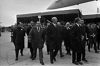 Ateliers Sud Aviation (Saint-Martin-du-Touch). 11 décembre 1967. Vue d'ensemble des personnalités marchant sous le Concorde : Brian Trubchaw (chef-pilote de la British Aircraft Corporation, pilote du 1er vol d'essai du proptotype anglais du Concorde), André Turcat (directeur des essais en vol de Sud Aviation, pilote du 1er vol d'essai du prototype français), à droite de profil Anthony Neil Wedgwood Benn (ministre anglais de la Technologie), derrière eux Jean Chamant (Ministre des Transports), Maurice Papon (Président de Sud Aviation). Cliché pris lors de la présentation officielle du prototype français du Concorde.