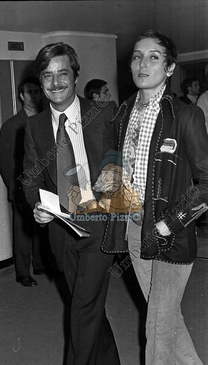 GIANCARLO GIANNINI CON LA MOGLIE LIVIA GIAMPALMO<br /> TEATRO ARGENTINA ROMA 1973