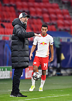Football: Champions League, knockout round, round of 16, first leg, RB Leipzig - FC Liverpool at Puskas Arena. Liverpool coach Jürgen Klopp gestures next to Leipzig's Tyler Adams on the sidelines.