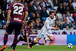 Isco Alarcon (r) of Real Madrid fights for the ball with Joan Jordan Moreno of SD Eibar  during the La Liga 2017-18 match between Real Madrid and SD Eibar at Estadio Santiago Bernabeu on 22 October 2017 in Madrid, Spain. Photo by Diego Gonzalez / Power Sport Images
