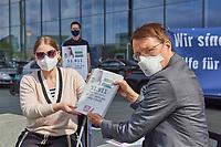 """Der SPD-Politiker und Mediziner Karl Lauterbach (rechts im Bild) nahm am Dienstag den 7. September 2021 in Berlin eine Petition von """"Long COVID Deutschland"""" entgegen. Mit der Petition fordern fast 52.000 Menschen die Politik zu sofortigem und schnellen Handeln auf. """"Wir brauchen dringend bundesweite Informationskampagnen, gleiche medizinische Versorgung fuer alle Betroffenen und vor allem wesentlich mehr Forschungsgelder"""", so eine Sprecherin der Initiative. Sie ist selber von Long Covid schwer betroffen und moechte in den Medien nicht namentlich genannt werden, da sie gesundheitlich nicht in der Lage ist, sich mit Coronaleugnern oder Impf-Gegnern auseinander zu setzen.<br /> 7.9.2021, Berlin<br /> Copyright: Christian-Ditsch.de"""