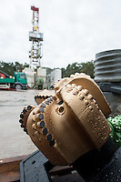 Erkundungsbohrung der Bayerngas GmbH im brandenburgischen Reudnitz.<br /> Die Bayerngas GmbH vermutet hier ein Erdgasvorkommen von bis zu 10 Milliarden Kubikmetern. Die Erkundungsbohrung soll bis zum Oktober 2014 laufen.<br /> Im Bild: Ein sog. PDC-Bohrer für harte Gesteinsschichten. PDC steht für Polycristallin Diamant Cutter.<br /> 26.8.2014, Reudnitz/Brandenburg<br /> Copyright: Christian-Ditsch.de<br /> [Inhaltsveraendernde Manipulation des Fotos nur nach ausdruecklicher Genehmigung des Fotografen. Vereinbarungen ueber Abtretung von Persoenlichkeitsrechten/Model Release der abgebildeten Person/Personen liegen nicht vor. NO MODEL RELEASE! Don't publish without copyright Christian-Ditsch.de, Veroeffentlichung nur mit Fotografennennung, sowie gegen Honorar, MwSt. und Beleg. Konto: I N G - D i B a, IBAN DE58500105175400192269, BIC INGDDEFFXXX, Kontakt: post@christian-ditsch.de<br /> Urhebervermerk wird gemaess Paragraph 13 UHG verlangt.]