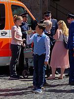 Junge bei Hochzeit auf Marktplatz, Hildesheim, Niedersachsen, Deutschland, Europa<br /> Boy at wedding party, historical marketplace, Hildesheim, Lower Saxony, Germany, Europe