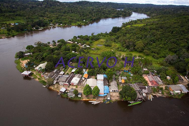 No alto rio Oiapoque local de difícil acesso na fronteira Brasil/Guiana Francesa, a Vila Brasil de um lado do rio e  a vila de Camopi na Guiana, onde está instalado  o 34 BIS , pelotão de Fronteira Vila Brasil<br /> Oiapoque , Amapá, Brasil<br /> Foto Paulo Santos<br /> 08/05/2012<br /> <br /> O rio Oiapoque é um rio do Brasil e Guiana Francesa, que no Brasil banha o estado do Amapá. Em seu trajeto, é também chamado de Oyapock, Iapoco, Iapoc. Entre os séculos XVI e XVIII, foi chamado ainda de rio de Vicente Pinzón, em homenagem a Vicente Yáñez Pinzón, navegador espanhol que teria descoberto a sua foz.<br /> <br /> Nasce na Serra Tumucumaque (ou Tumuc-Humac) e vai desaguar no Oceano Atlântico, percorrendo cerca de 350 km. Ao longo do seu percurso, delimita a fronteira entre o Brasil e a Guiana Francesa. Cidade de Oiapoque fronteira   com Guiana Francesa município de de São Jorge do Oiapoque,