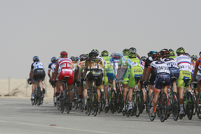 he peloton pass the first bonus sprint point near Umm Al Qahab during Stage 3 of the 2012 Tour of Qatar running 146.5km from Dukhan Souq, Dukhan to Al Gharafa, Qatar. 7th February 2012.<br /> (Photo Eoin Clarke/Newsfile)