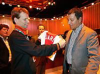 23-2-07,Tennis,Netherlands,Rotterdam,ABNAMROWTT, Henk ten Kate Coach van Ajax geeft een voetbalshirtje aan Jan Siemerink voor zijn zoon Jari
