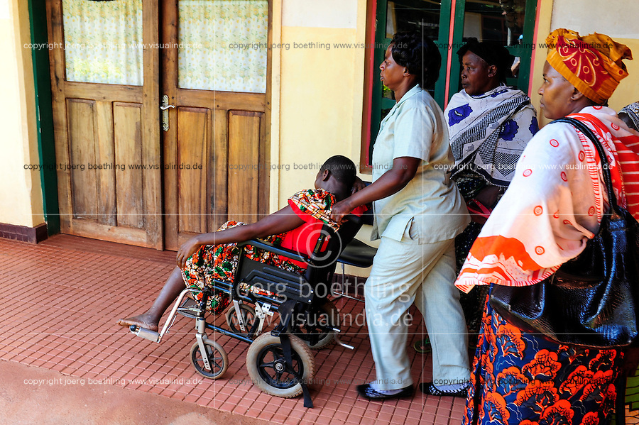 TANZANIA, Korogwe, village Kwalukonge, KWALUKONGE HEALTH CENTRE / TANSANIA, Korogwe, KWALUKONGE HEALTH CENTRE, Krankenhaus der Rosminian Fathers und Usambara Sisters in Kwalukonge, Patientin MARIAM ISSA vor OP, hat einen Tumor in der Gebaermutter